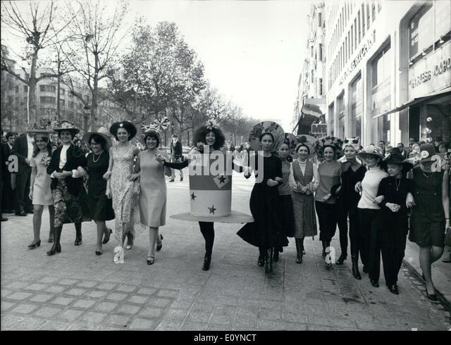 Nov. 24, 1970 - Hair & hat styles on show in Paris - Stock-Bilder