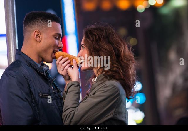 Young tourist couple sharing hotdog, New York City, USA - Stock-Bilder