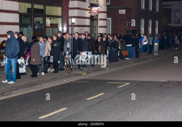 London, UK. 14th November 2013. Dozens of fans queue up outside Waterstones in Piccadilly, London, to have their - Stock Image