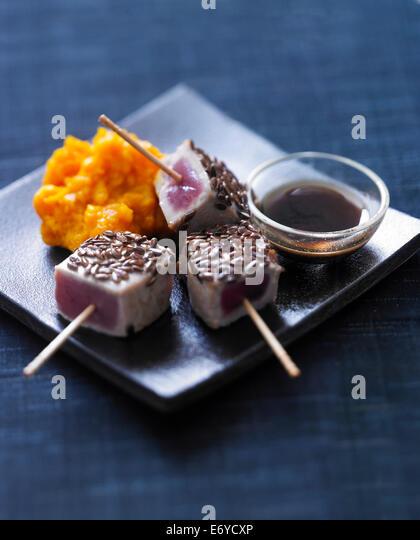 Half-cooked tuna bites - Stock Image
