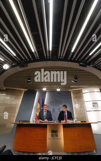 Spanish Government's Spokesman, Inigo Mendez de Vigo (L), and Energy, Tourism and Digital Agenda Minister, Alvaro - Stock Image