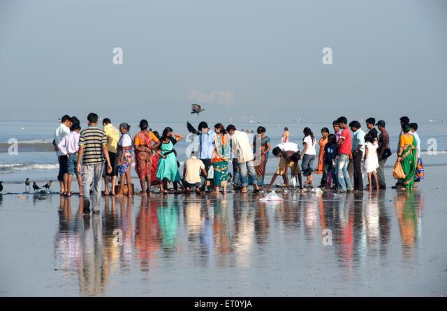 Tourists at juhu beach ; Bombay Mumbai ; Maharashtra ; India 2009 - Stock Image