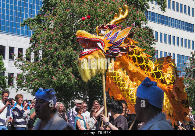Kreuzberg, Berlin, Germany, 24th May 2015. Crowds watch the Chinese dragon as Berlin celebrates its cultural diversity - Stock-Bilder