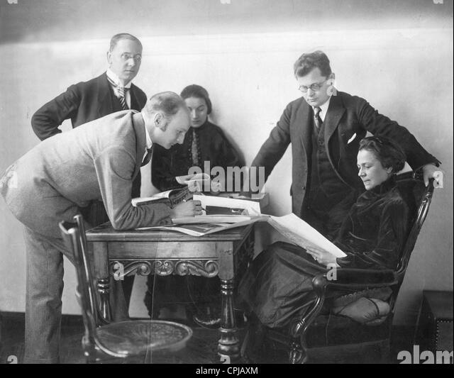 Gertrud Eysoldt with her actor team, 1921 - Stock-Bilder