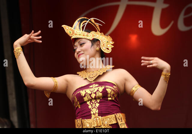 London, UK. 31 May 2014. Balinese dancers perform the 'Cendrawasih' (bird of paradise) at Indonesia day - Stock Image