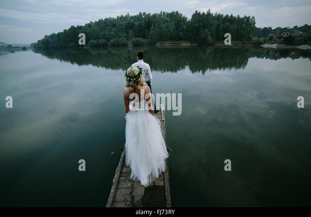 Wedding couple on the old wooden pier - Stock-Bilder
