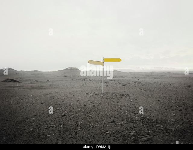 Blank direction sign in empty landscape - Stock-Bilder