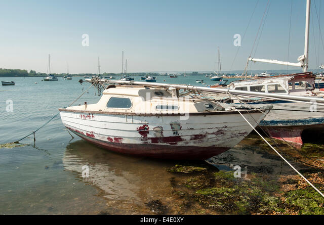 old sailing boat beached in langstone harbour - Stock Image