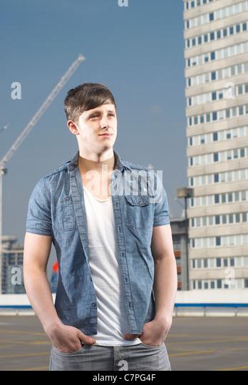 Man standing on urban rooftop - Stock-Bilder