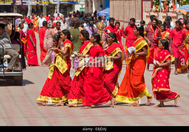 MEENAKSHI AMMAN TEMPLE PILGRIMS IN VERY COLOURFUL DRESS AND SAREES - Stock Image