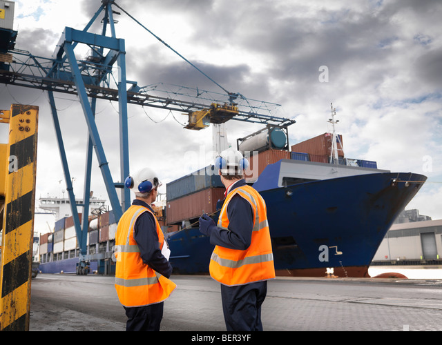 Port Workers With Ship Being Loaded - Stock-Bilder