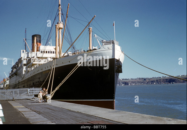 1955 The Ascania -and a young family - ready to embark for New York - Stock Image
