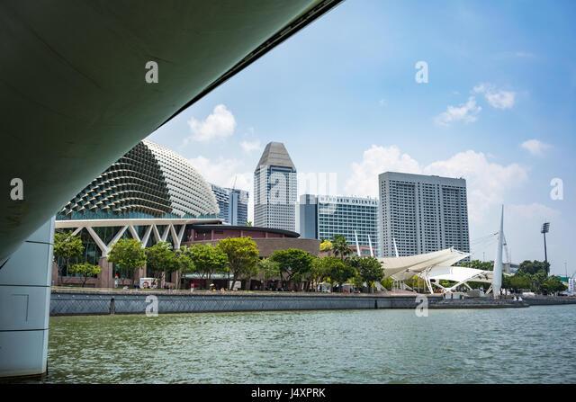 The Esplanade Bridge and Theatre in Marina Bay Singapore - Stock-Bilder
