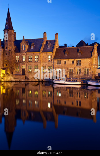 Historic buildings and boats on canal, Bruges, Belgium - Stock-Bilder