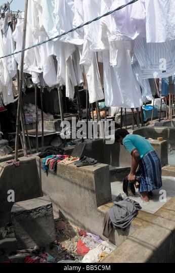 Dhobi Waller hanging out washing to dry in Dhobi Ghats, Mumbai, India - Stock-Bilder
