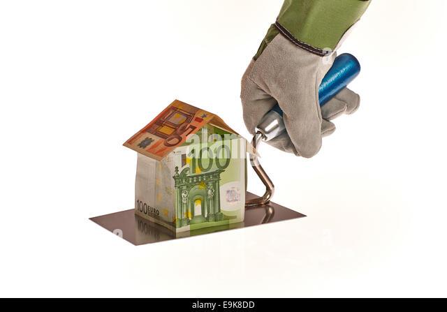 Hausbau aus Euro Geld auf einer Maurer Kelle - Stock-Bilder