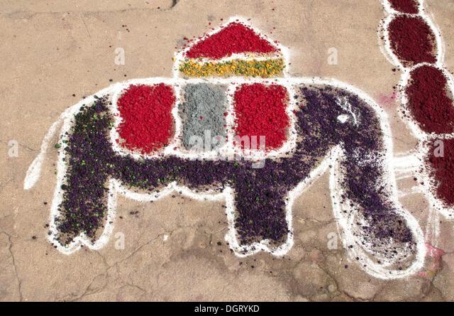 Elephant, typical sand painting in front of a house during the Pongal harvest festival, Mamallapuram, Mahabalipuram, - Stock-Bilder