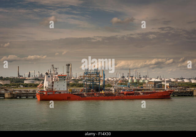 An oil tanker docked at Fawley Oil Refinery near Southampton, Hampshire, UK - Stock-Bilder