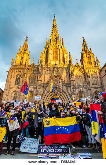 Barcelona, Spain. 19th April, 2013. Dozens of Venezuelan protesters in front of the Cathedral of Santa Eulalia in - Stock Image