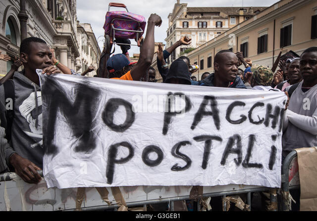Rome 05/17/2016 group of asylum seekers and refugees C.A.R.A. Castelnuovo di Porto has demonstrated in front of - Stock Image