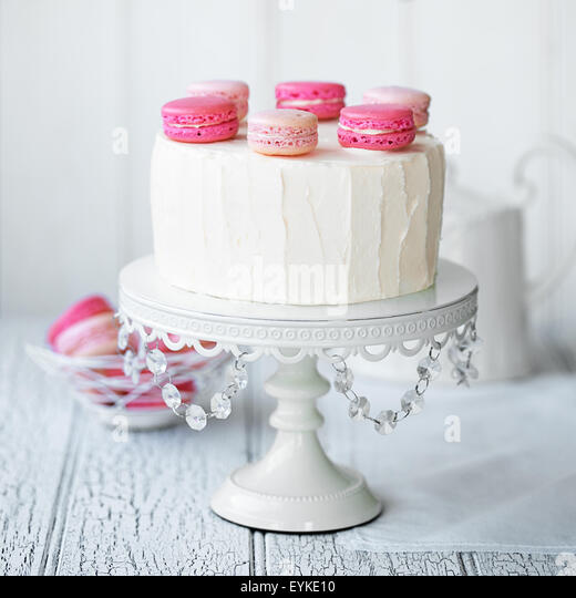 Layer cake decorated with macarons - Stock Image