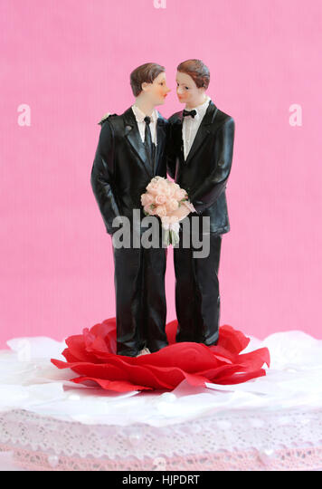A homosexual couple against a pink background - Stock-Bilder
