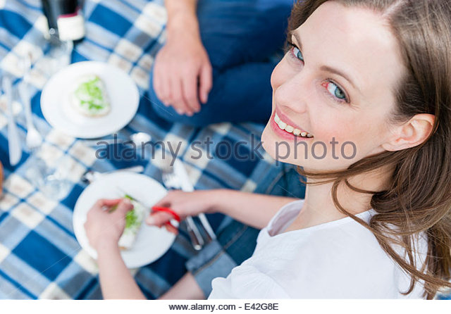 Close up of mid adult woman and boyfriend having picnic - Stock-Bilder