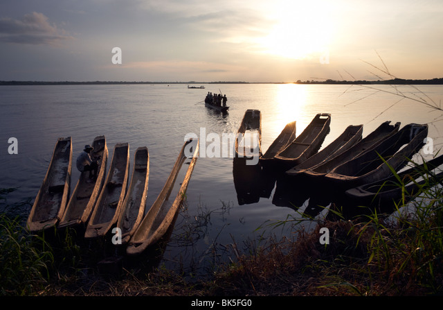 Dugout canoes (pirogues) on the Congo River, Yangambi, Democratic Republic of Congo, Africa - Stock-Bilder