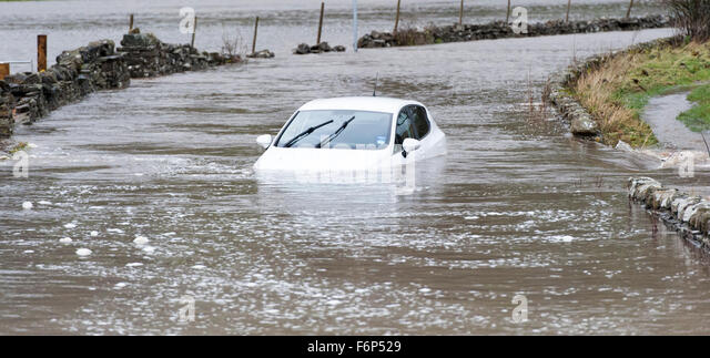 Wensleydale, North Yorkshire, UK. 18th November, 2015. A car caught up in the flooding around Hawes, Wensleydale - Stock Image
