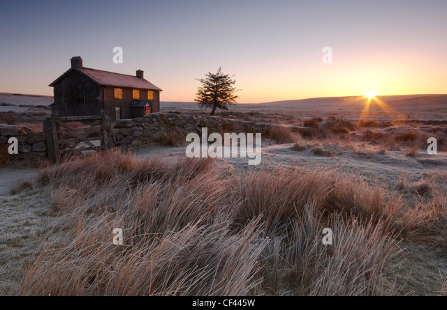 Cold winter sunrise over the deserted Nuns Cross farmhouse. - Stock Image
