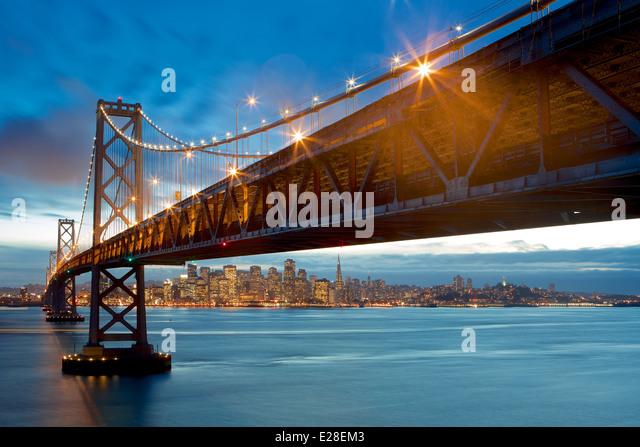 Twilight on San Francisco Bay with the San Francisco-Oakland Bay Bridge and the San Francisco skyline. - Stock Image