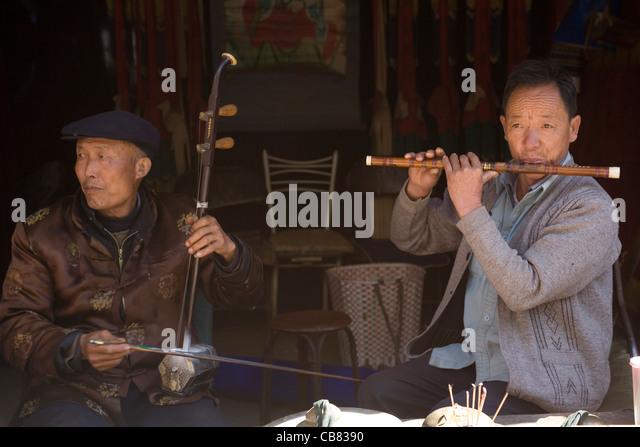 China Yunnan Lijiang Baisha musicians - Stock-Bilder
