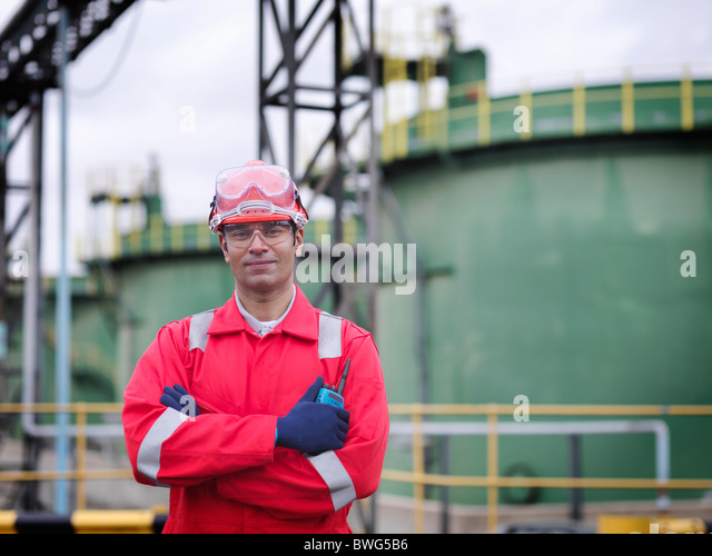 Worker in front of oil tank - Stock-Bilder