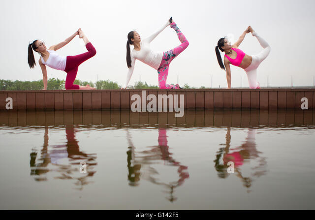 Lianyungang, China's Jiangsu Province. 8th May, 2016. Young mothers practice yoga to celebrate the Mother's - Stock Image