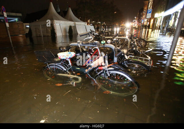 Luebeck, Germany. 04th Jan, 2017. Bicycles in a flooded street in Luebeck, Germany, 04 January 2017. The Federal - Stock-Bilder