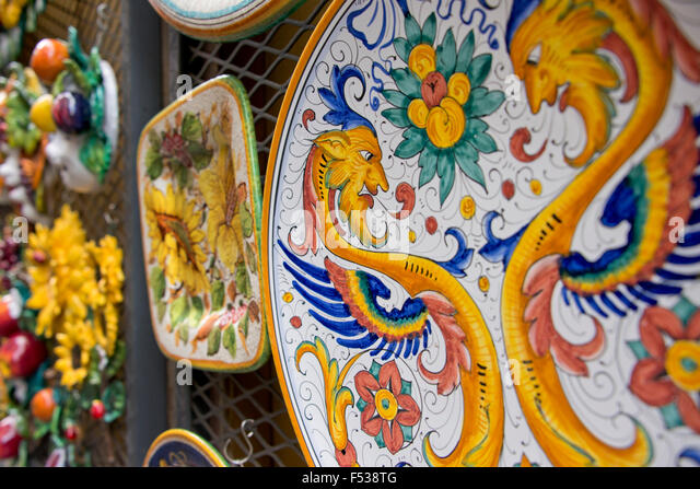 Italy, Orvieto. Detail of traditional Italian hand painted pottery plates for sale in the narrow streets of Orvieto. - Stock-Bilder