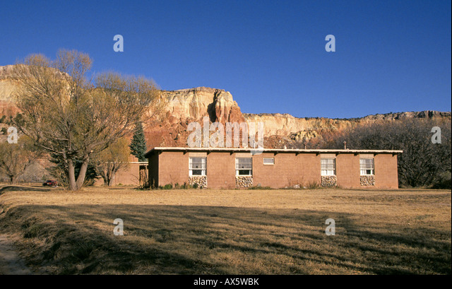 Artist Georgia O Keefe s small cottage at Ghost Ranch in the sandstone mesa country along the Chama River - Stock Image