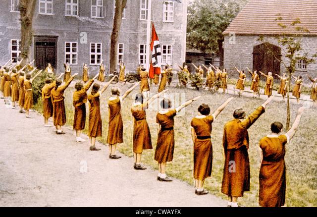 Nazi Germany, Junge Deutsche Madel, giving the Nazi salute, c. 1933. - Stock Image