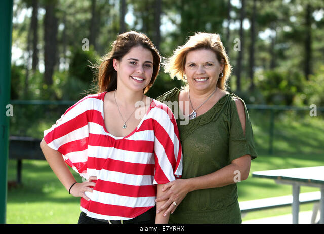 Sep 2, 2011 - The Acreage, Florida, U.S. - TRACY NEWFIELD stands with her daughter JESSICA NEWFIELD, 17, in Acreage - Stock-Bilder