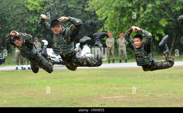 Paya Indah, Malaysia. 22nd Nov, 2016. Chinese soldiers take part in the 'Aman Youyi 2016' joint exercise - Stock Image