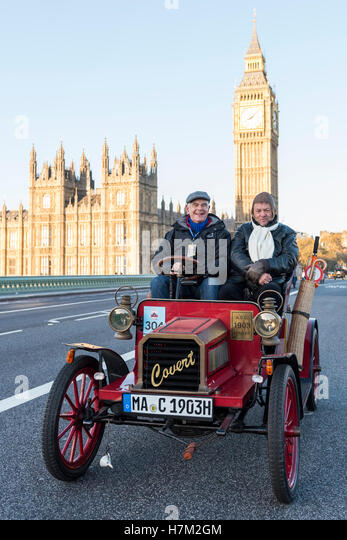 London, UK. 6th Nov, 2016. Participants taking part in the 120th Bonhams London to Brighton Veteran Car Run depart - Stock-Bilder