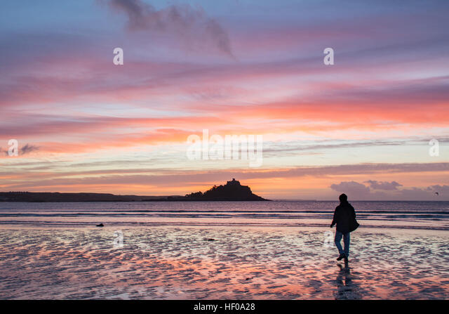 Marazion, Cornwall, UK. 26th December 2016. UK Weather. The sun rises over mounts bay and St Michaels Mount on boxing - Stock Image