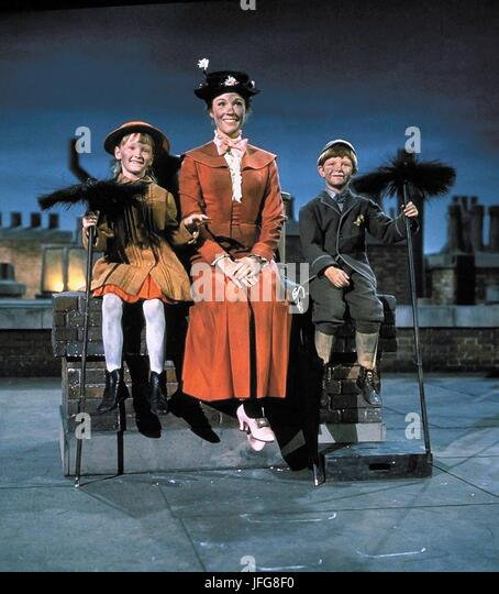KAREN DOTRICE JULIE ANDREWS & MATTHEW GARBER MARY POPPINS (1964) - Stock Image