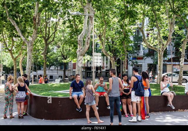 Spain, Europe, Spanish, Hispanic, Madrid, Centro, Chueca, Calle Hortaleza, Plaza Santa Barbara, park, man, woman, - Stock Image