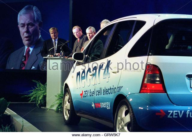 DaimlerChrysler Chairman Jurgen Schrempp (2nd L ) and Robert Eaton (C) unveil a new concept car powered by fuel - Stock Image