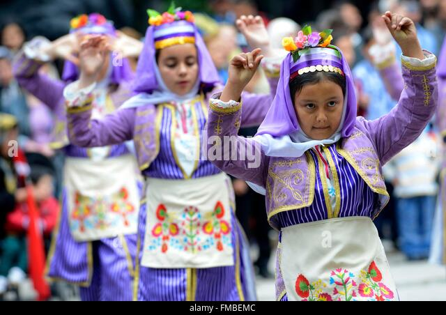 Turkey, Marmara region, Bandirma, kids during a traditional show on the occasion of the Turkish national day - Stock-Bilder