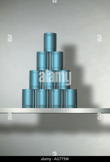 pyramid of cans Dosenwerfen Dosenpyramide - Stock-Bilder