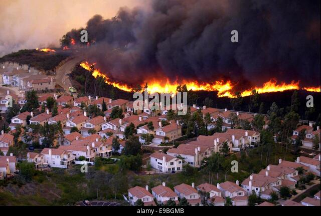 October 27, 2003 - San Diego, California, U.S. - A wall of flames closes in from a ridge above Scripps Ranch during - Stock-Bilder