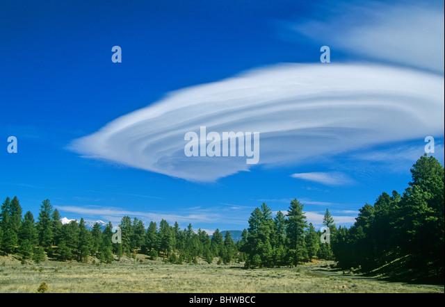 Lenticular, stratiform orographic cloud forms near San Francisco Peaks, Flagstaff, Arizona, USA - Stock Image
