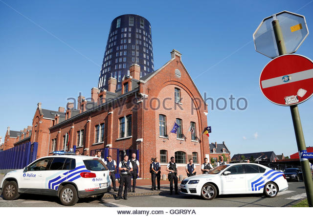 Belgian police officers stand guard outside the main police station after a machete-wielding man injured two female - Stock-Bilder